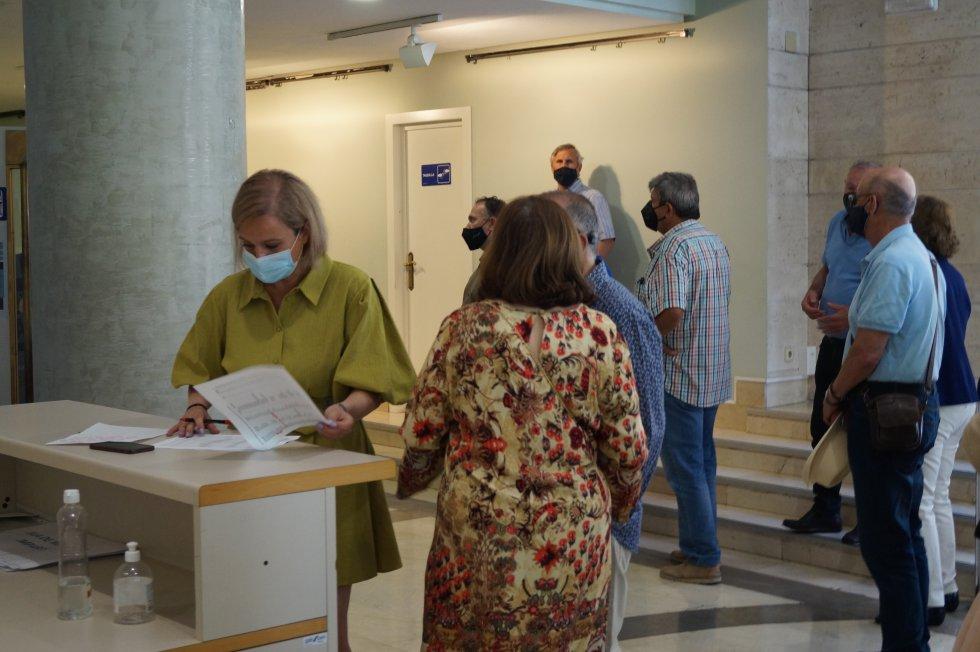 Algunos ciudadanos han querido seguir el pleno en el Auditorio Municipal