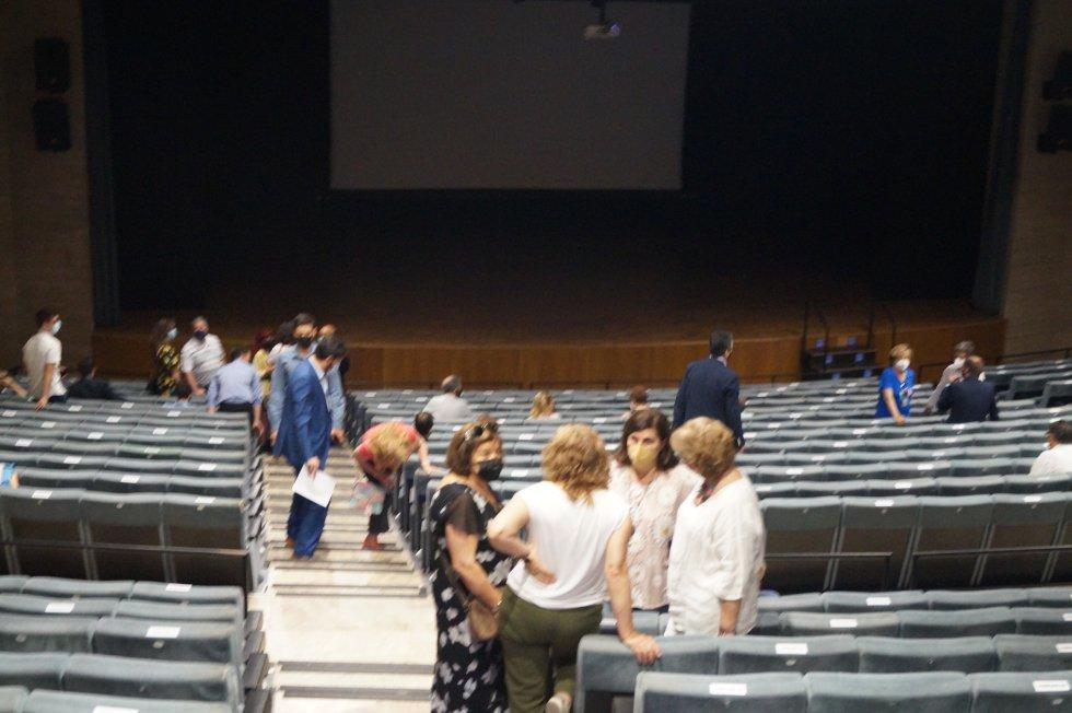 Primeros ciudadanos en ocupar sus asientos en el Auditorio Municipal