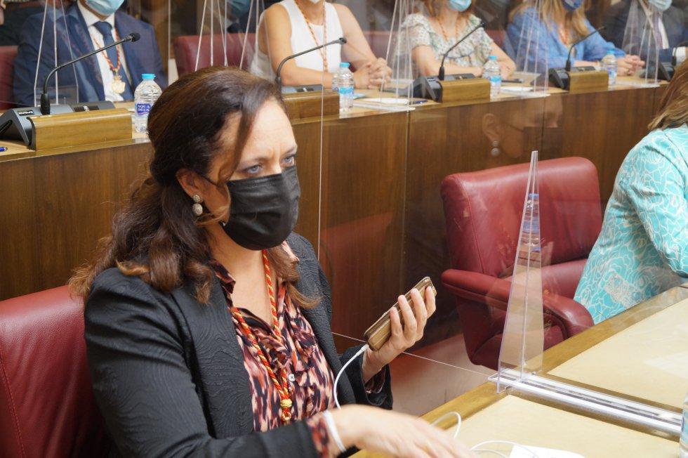 Teresa García, ex concejal de Ciudadanos, ha ocupado un nuevo asiento junto a Rosario Velasco de VOX