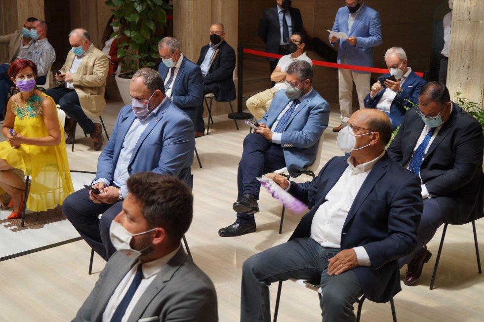 Representantes políticos siguiendo la sesión desde el vestíbulo