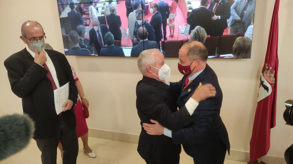 Emilio Sáez recibe la felicitación de su padre