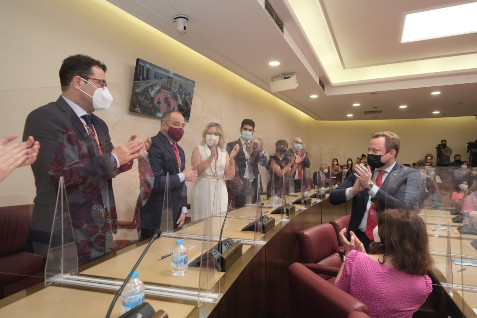 Los concejales del PSOE aplauden a Emilio Sáez