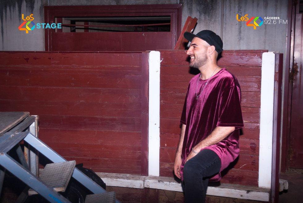 Nil Moliner, preparándose para salir al escenario de LOS40 Stage en Casar de Cáceres