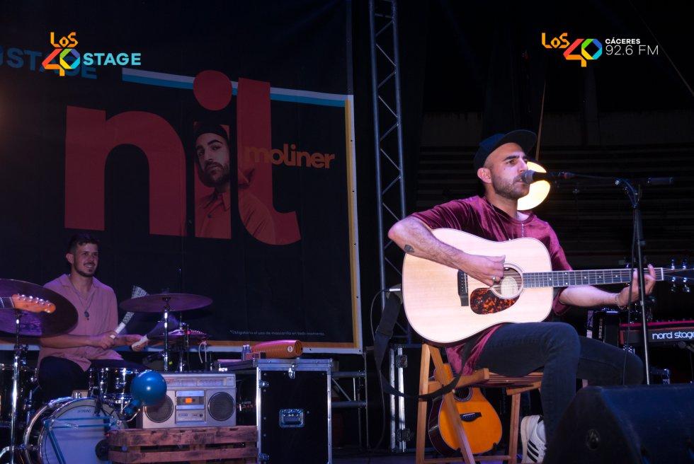 Nil Moliner interpretando una de sus canciones incluidas en 'Bailando en la batalla'