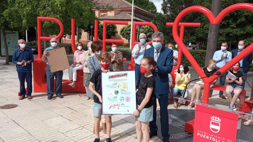 Niños participantes en el diseño de las letras reciben un recuerdo conmemorativo