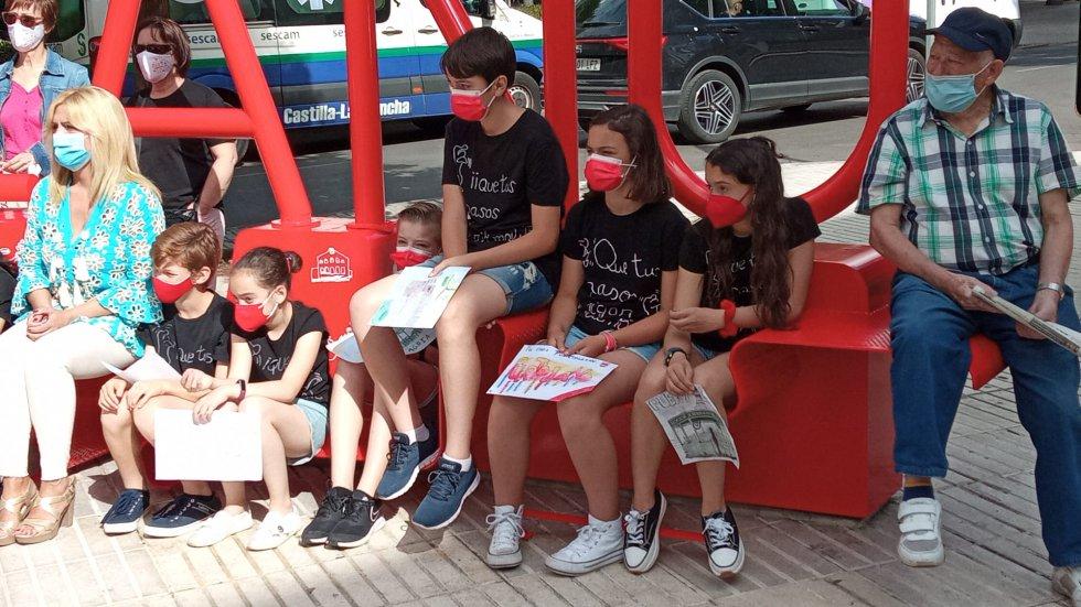Niños portando los dibujos que han aportado al proyecto