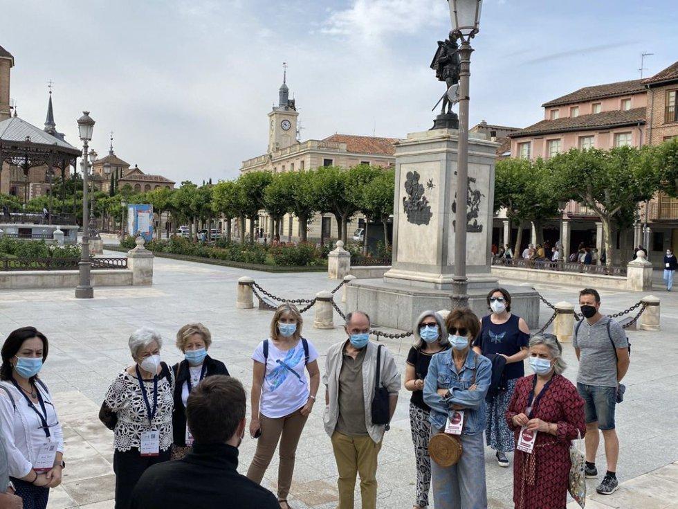 Algunos congresistas visitando la Plaza Cervantes