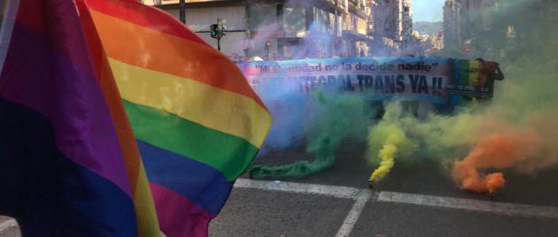 Las bengalas de colores formaron la bandera LGTBI