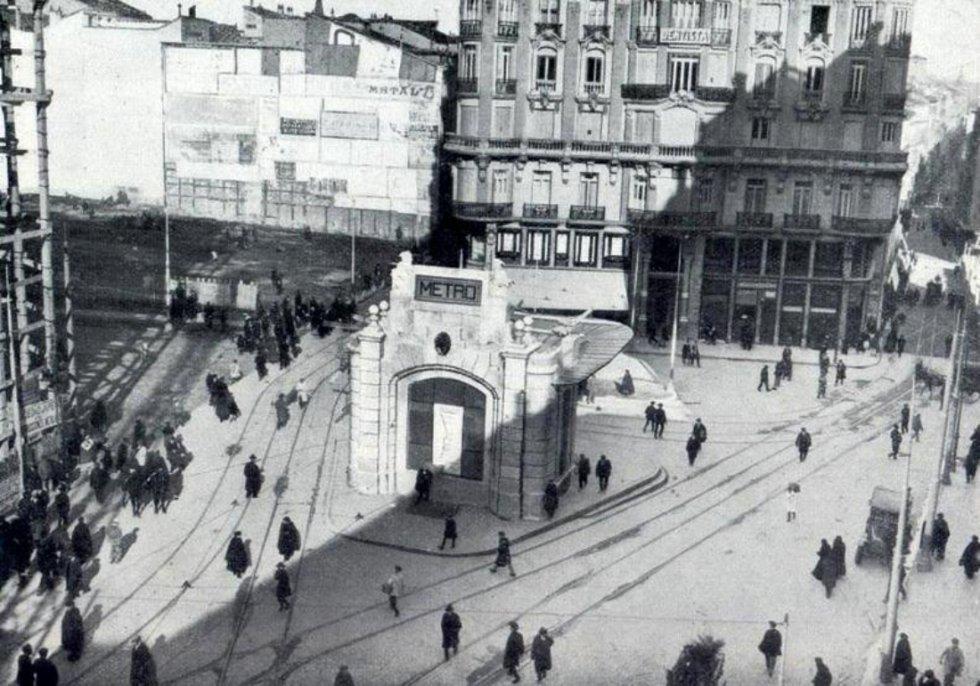 """Estación de Gran Vía tras su inauguración en 1919, cuando era conocida como """"Red de San Luis"""", con el templete original."""
