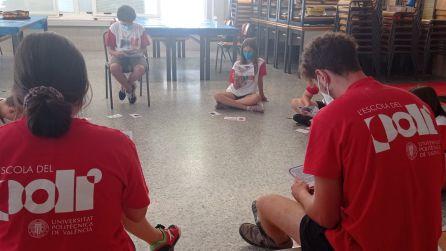 """Los alumnos juegan a """"Mujeres de ciencia"""" en la escuela de verano de la Universitat de València."""