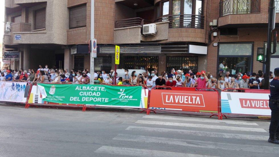Numeroso público se ha acercado a presenciar la llegada de la Vuelta