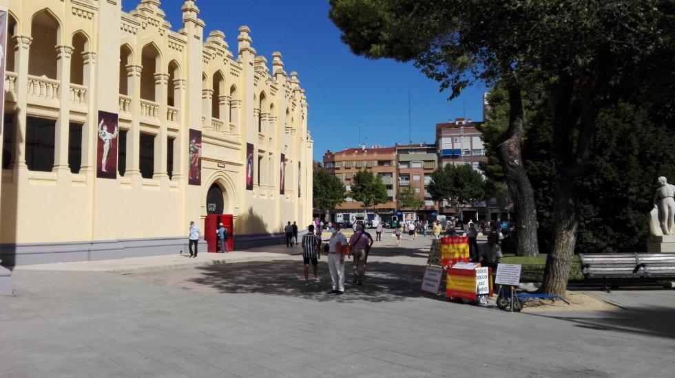 Ambiente en los aledaños de la Plaza de Toros de Albacete