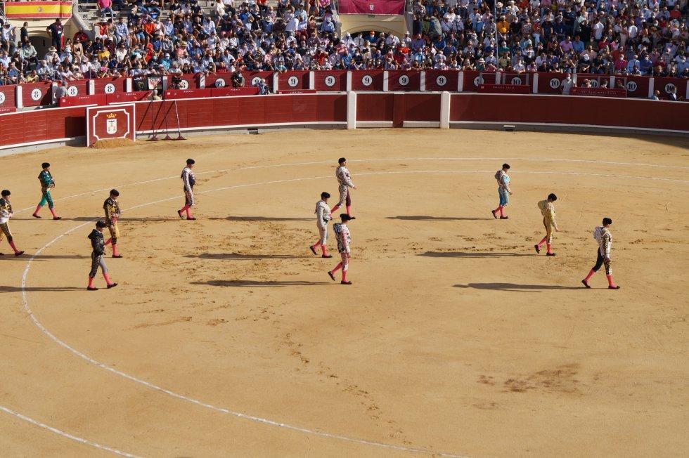 Los tres toreros y sus cuadrillas haciendo el 'paseíllo' en la Plaza de Toros de Albacete