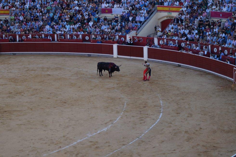 El torero alicantino, a punto de entrar a matar a su primer astado