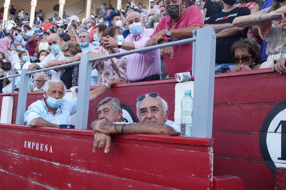 El ganadero Daniel Ruiz, a la derecha de la imagen