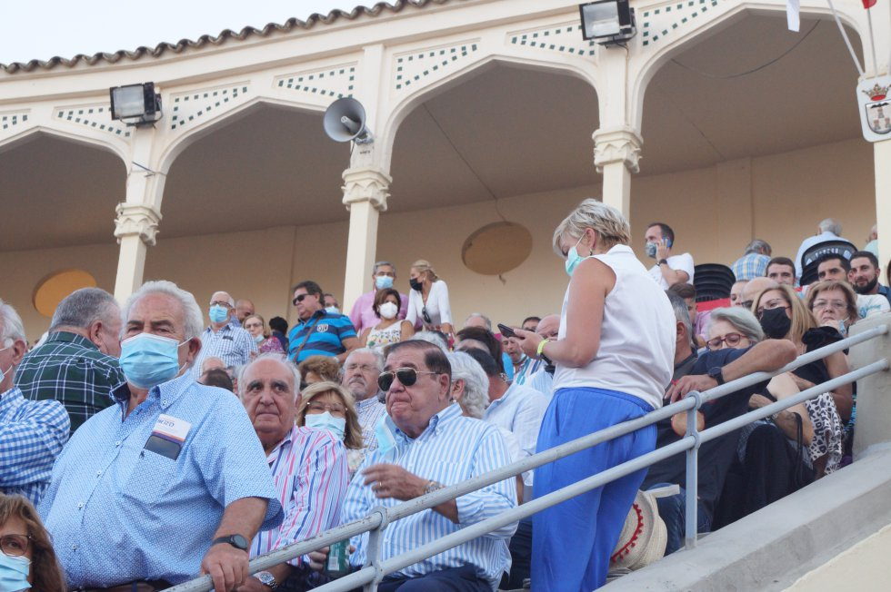 La presidenta de la Asociación Española Contra el Cáncer de Albacete, María Victoria Fernández, al fondo de la imagen