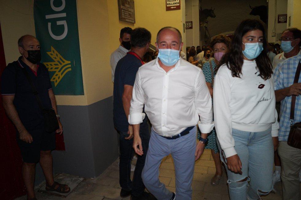 El alcalde de Albacete, Emilio Sáez, saliendo de la plaza