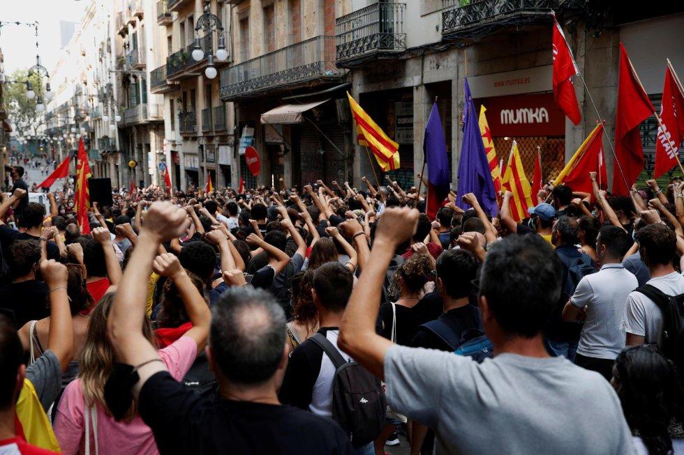 La organización juvenil Arran encabeza una manifestación por la Diada hasta la plaza Comercial de Barcelona, tras el homenaje a Gustau Muñoz con motivo del 43 aniversario de su muerte.