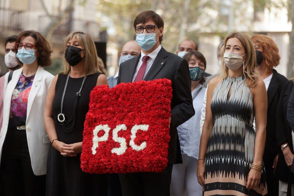 El lider del PSC, Salvador Illa (c), acompañado de la ministra de Transportes, Movilidad y Agenda Urbana, Raquel Sánchez (d), durante la ofrenda floral del Govern al monumento de Rafael Casanova en Barcelona, en el inicio de las celebraciones con motivo de la Diada del 11 de septiembre.