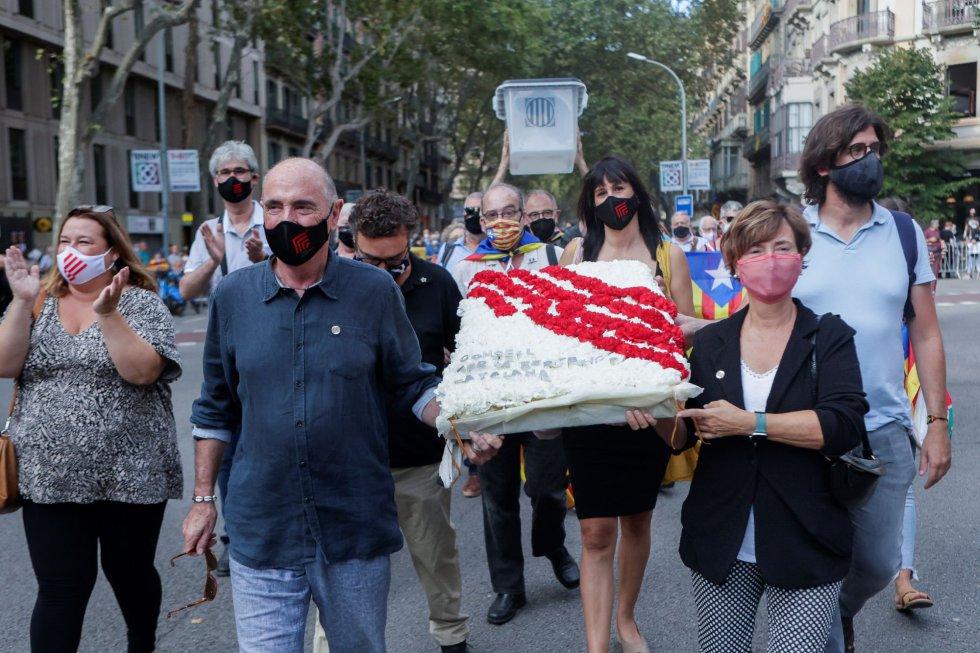 Una representación del Consell per la República, encabezada por la diputada y miembro de la Mesa del Parlament Marta Madaula (3i) y el ex diputado Lluis Llach (2i) durante la ofrenda floral del Govern al monumento de Rafael Casanova en Barcelona, en el inicio de las celebraciones con motivo de la Diada del 11 de septiembre.