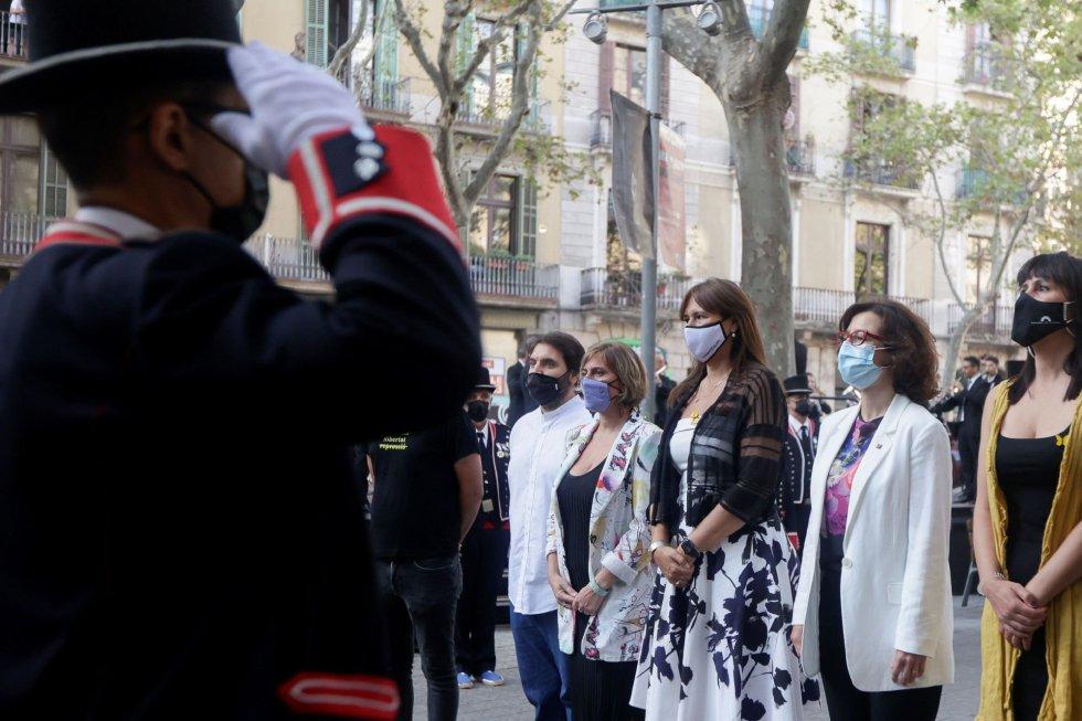 La presidenta del Parlament de Cataluña,Laura Borràs (c) acompañada de los miembros de la Mesa durante la ofrenda floral del Govern al monumento de Rafael Casanova en Barcelona, en el inicio de las celebraciones con motivo de la Diada del 11 de septiembre.