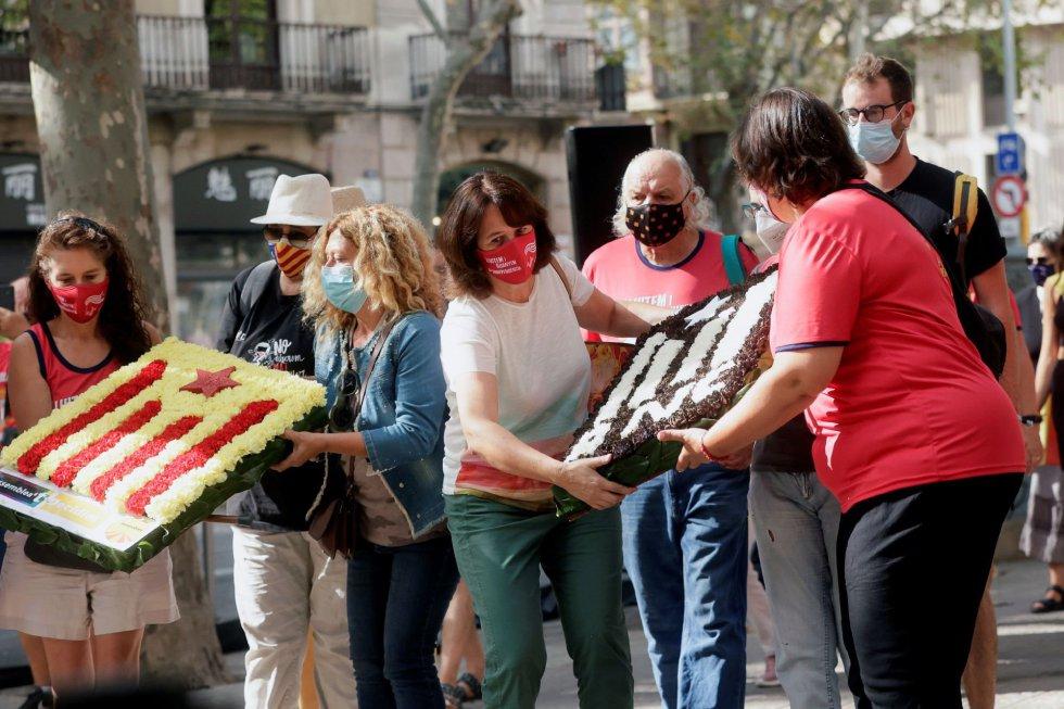 La presidenta de la ANC, Elisenda Paluzie (c) durante la ofrenda floral del Govern al monumento de Rafael Casanova en Barcelona, en el inicio de las celebraciones con motivo de la Diada del 11 de septiembre.