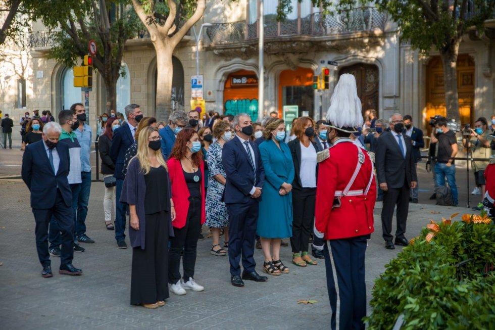 Ofrenda del Ayuntamiento de Barcelona ante el momento de Rafael Casanova en Barcelona por la Diada, encabezada por la alcaldesa, Ada Colau.
