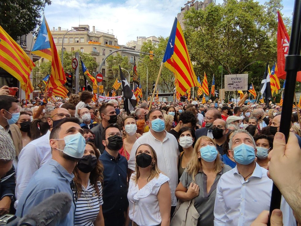 El president Pere Aragonès, Oriol Junqueras, Laura Vilagrà, Roger Torrent, Marta Vilalta, Raül Romeva y Meritxell Serret (ERC) en la manifestación de la ANC por la Diada en Barcelona