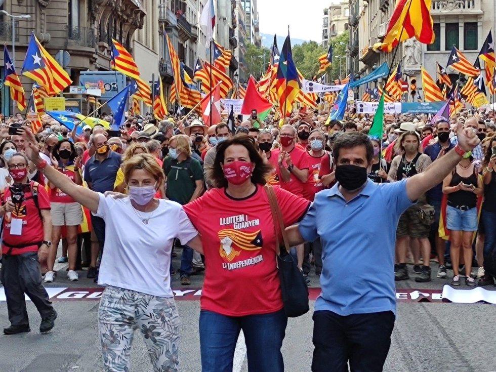 Carme Forcadell (ERC) y Jordi Sànchez (Junts) se abrazan con Elisenda Paluzie (ANC) en la manifestación de la ANC por la Diada