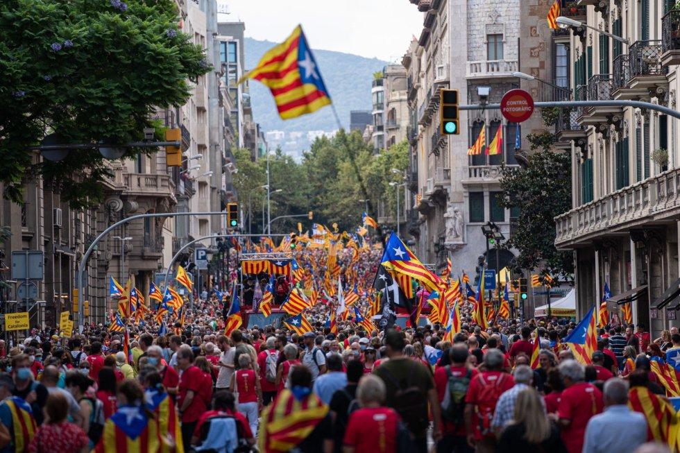 La cabecera de la manifestación de la ANC ha comenzado a andar este sábado a las 17.14 --hora simbólica que evoca el año 1714-- desde la plaza Urquinaona, y ya con muchos asistentes que prácticamente llenaban la Via Laietana.