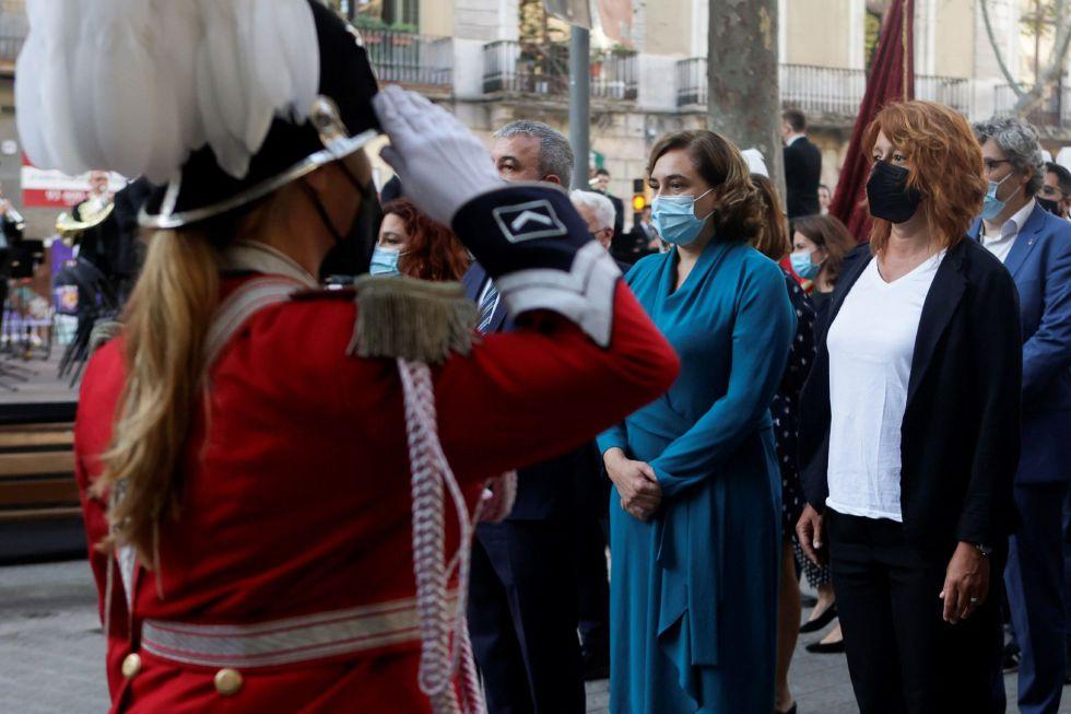 La alcaldesa de Barcelona, Ada Colau (c) durante la ofrenda floral del Govern al monumento de Rafael Casanova en Barcelona, en el inicio de las celebraciones con motivo de la Diada del 11 de septiembre