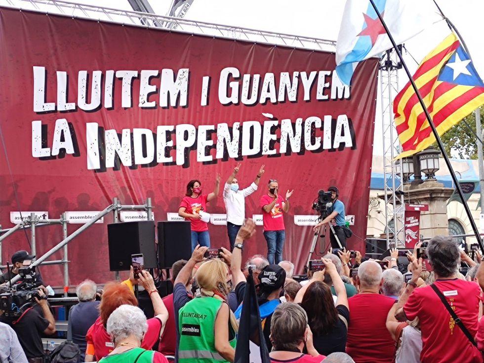 Elisenda Paluzie (ANC), Jordi Cuixart (Òmnium Cultural) y Jordi Gaseni (AMI) intervienen en el acto tras la manifestación de la Diada en Barcelona