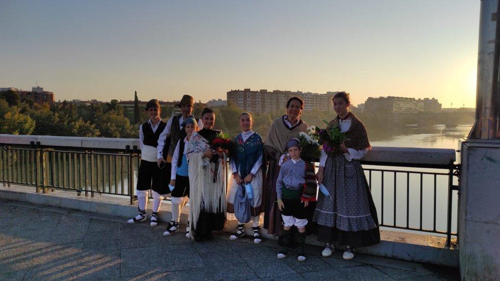 Pequeña parada de los oferentes en el Puente de Santiago para hacerse una foto.