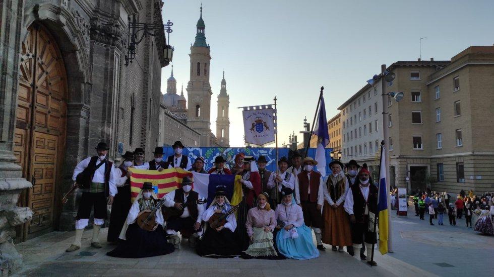 Fotografía de grupo de la Casa de Canarias que ha participado en la ofrenda antes de dejar su ofrenda a la Virgen del Pilar.
