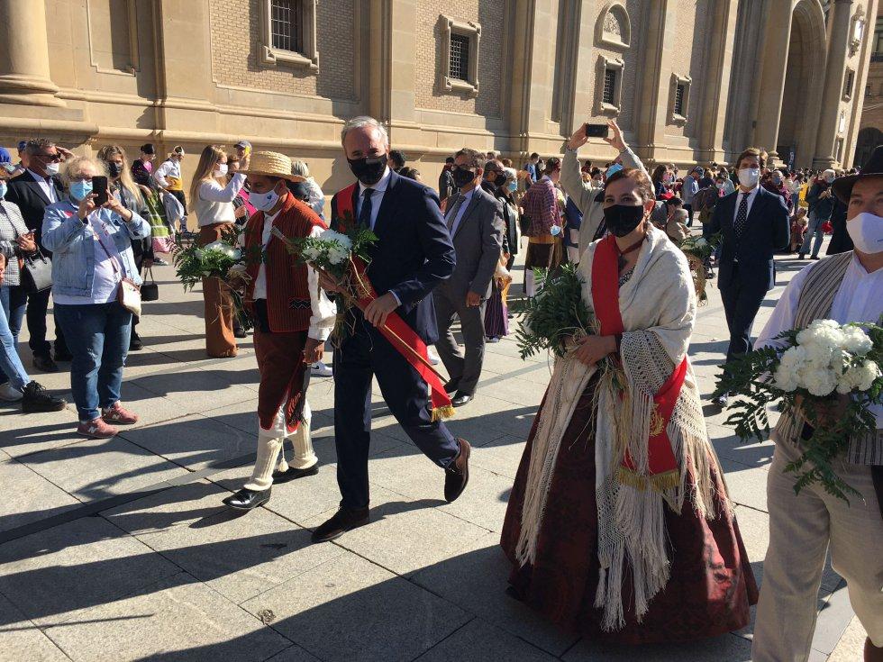 La corporación municipal del Ayuntamiento de Zaragoza durante la ofrenda a la Virgen del Pilar.