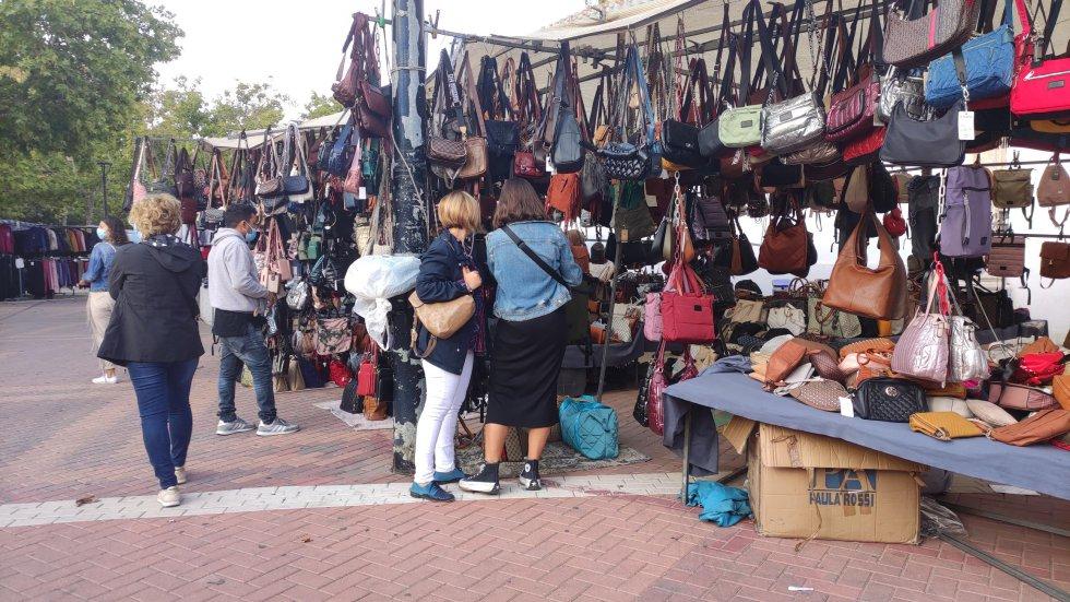 Cientos de personas pasaron por el tradicional mercadillo ambulante