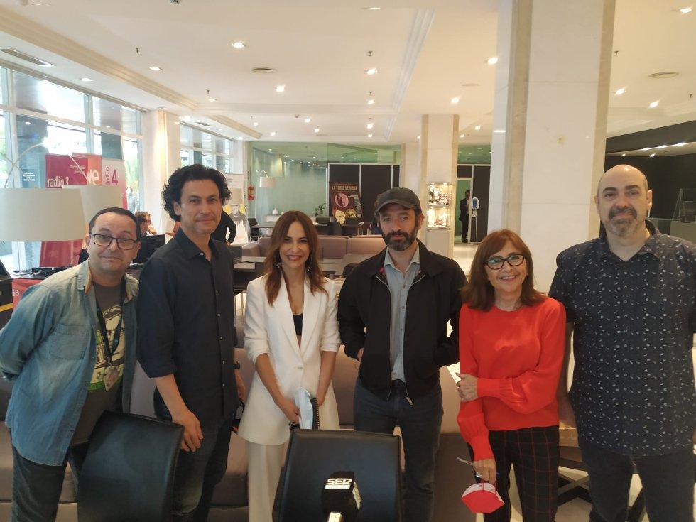 """Els directors de les noves """"Historias para no dormir"""", amb l'equip del Tot és Comèdia. (Fausto Fernández, Rodrigo Cortés, Paula Ortiz, Rodrigo Sorogoyen, Rosa Badia, i Roger Salvans)"""