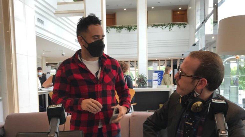 El director Jota Bayona conversa amb l'humorista Joaquín Reyes, membre del Jurat