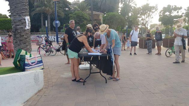 Voluntarios de la ILP recogiendo firmas para que pueda tramitarse como proyecto de ley