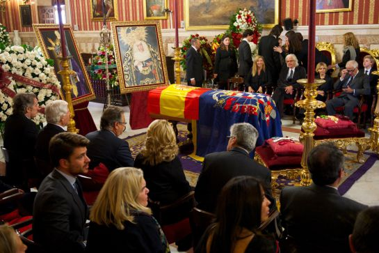 SEVILLE, SPAIN - NOVEMBER 20: Visitors pay their respects to Spain's Duchess of Alba as her body lies in state at the Seville's City Council on November 20, 2014 in Seville, Spain. Maria del Rosario Cayetana Fitz-James-Stuart, Duchess of Alba, 88-year-old with more titles than any other aristocrat in the world has died at home in Seville after a short illness. (Photo by Carlos Alvarez/Getty Images)