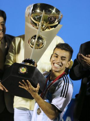 Argentina's captain Angel Correa receives the trophy after the team won the South American Under-20 Championship in Montevideo early February 8, 2015. REUTERS/Andres Stapff (URUGUAY - Tags: SPORT SOCCER)