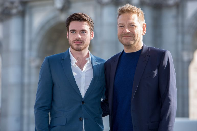 El actor Richard Madden y el director Kenneth Branagh, en la Puerta de Alcalá de Madrid.