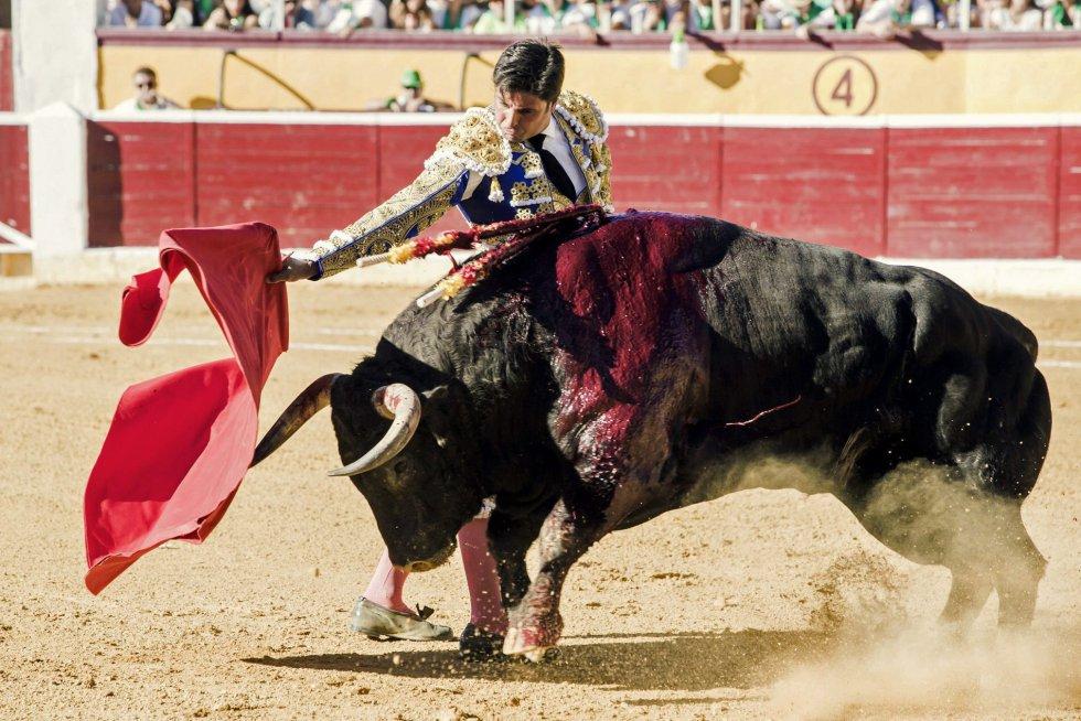 El diestro madrileño Francisco Rivera Ordoñez, en su faena con la muleta durante la primera corrida de la Feria Taurina de la Albahaca, celebrada en la plaza de toros de Huesca.