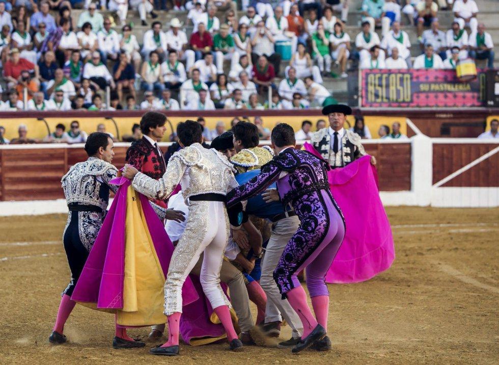 Rivera Ordóñez 'Paquirri' es trasladado tras sufrir una cogida durante la corrida de la Feria de San Lorenzo de Huesca.