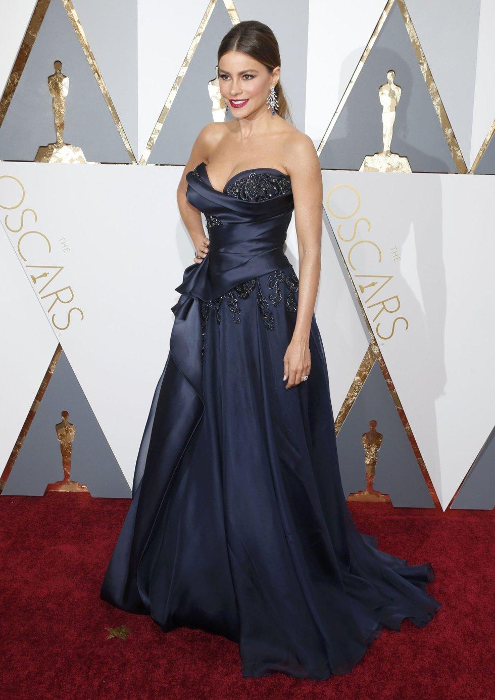 La actriz Sofia Vergara presenta uno de los premios