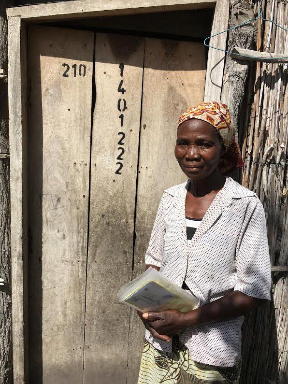Carolina Machava en la puerta de su casa censada por el Centro de Investigación de la Salud de Manhiça.