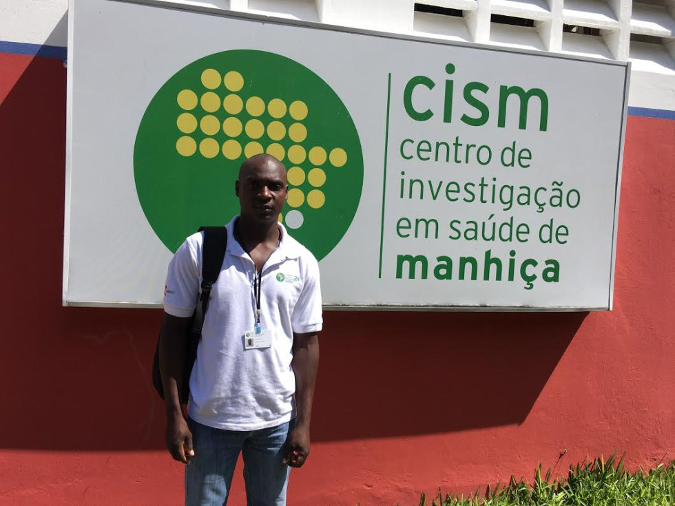 Albino Chilaule, supervisor de Demografía, en la puerta del Centro.