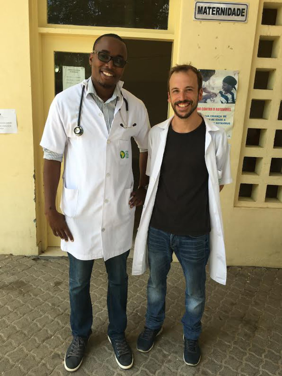 Los doctores Helio y Rosauro, en la entrada del área de maternidad.