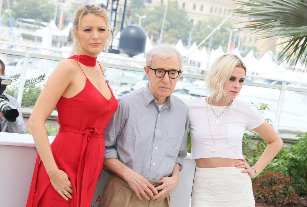 Blake Lively, Woody Allen y Kristen Stewart, en el posado de 'Cafe Society'.
