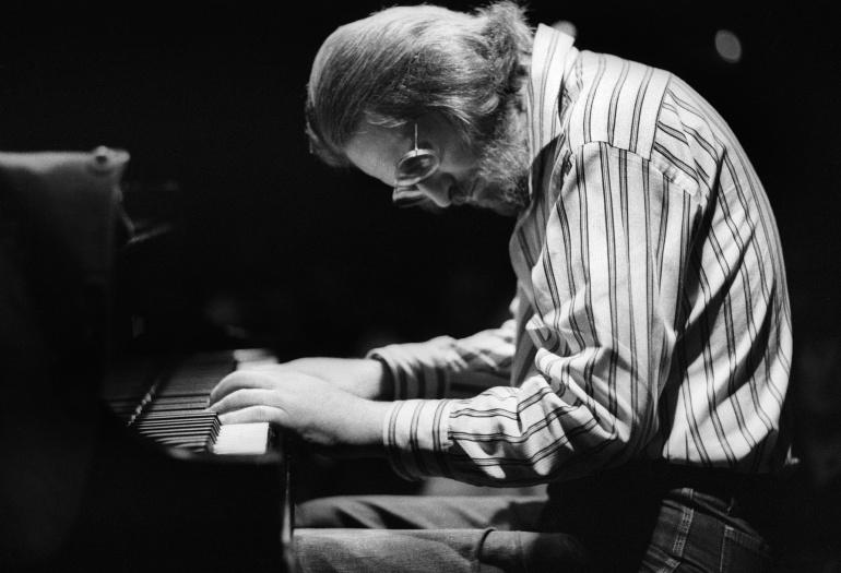 Bill Evans, el descenso a los infiernos del pianista que murió de pena